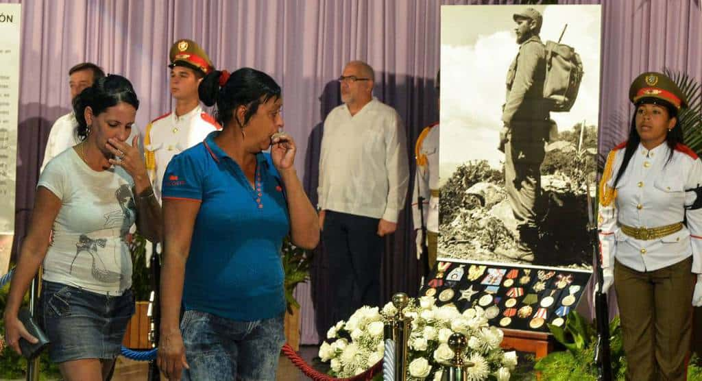 """Десетки хиляди просълзени хора минават край възпоменателния кът за Фидел Кастро в Мемориала """"Хосе Марти"""" в Хавана"""