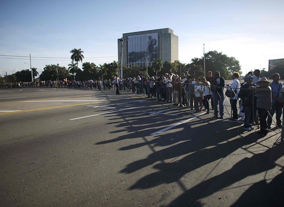Дълга орпашка от желаещи да се сбогуват с Ел Команданте се вие из Площада на революцията