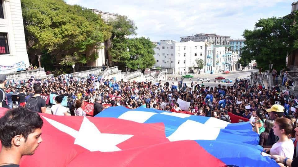 Кубинско знаме бе разстлано по стълбите пред Хаванския университет на студентско възстпоменание за Команданте ен Хефе