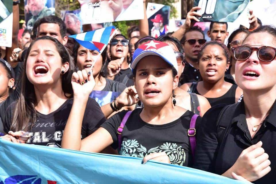 Студентки и студенти скандират и пеят в памет на Фидел пред Хаванския университет