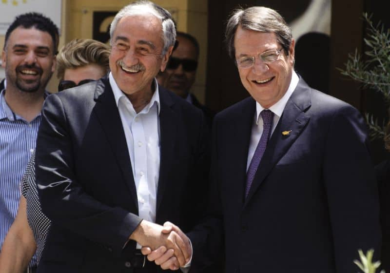 От Никос Анастасиадис (вдясно) и Мустафа Акънджъ зависи да донесат мира в Кипър