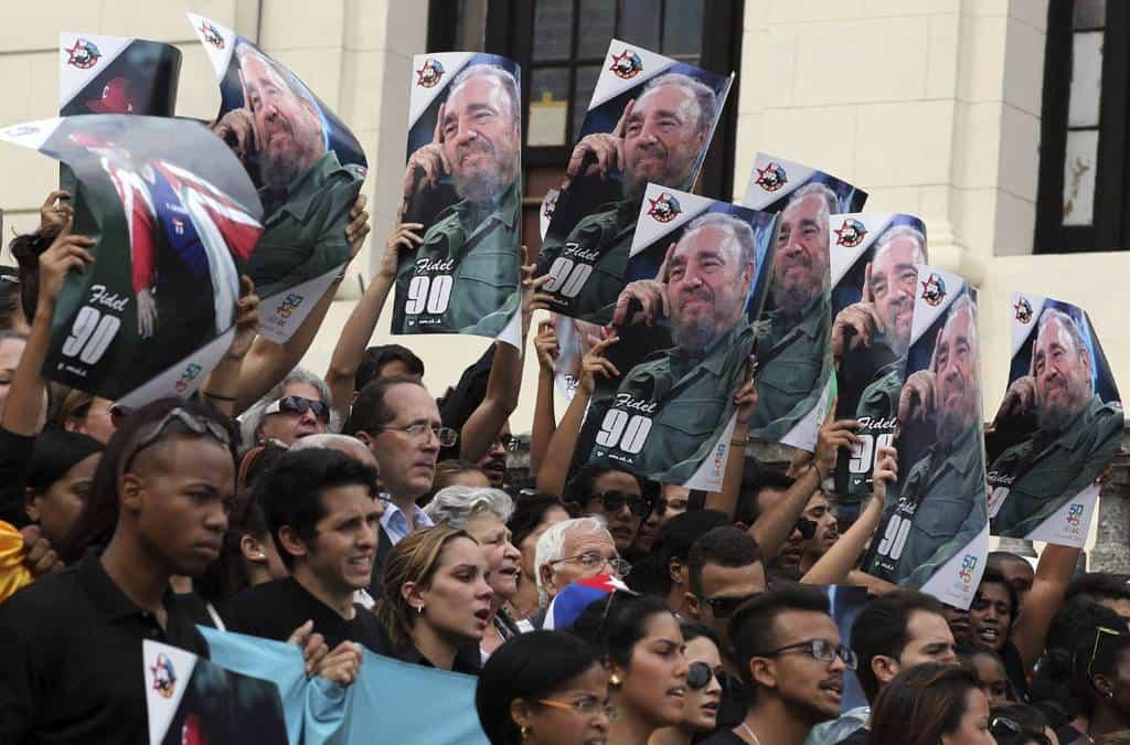 Кубински студенти и преподаватели тръгват към поклонението пред Фидел от стълбата пред Хаванския университет