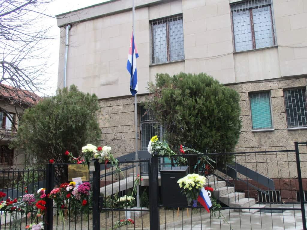 Много хора продължават да оставят цветя на оградата на кубинското посолство в София