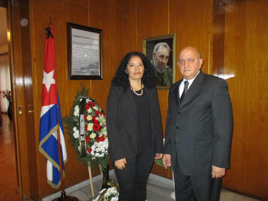 Кубинският посланик у нас Педро Пабло Сан Хорхе и съпругата му и консул у нас Нюрка де ла О пред траурния кът в посолството в памет на Фидел Кастро