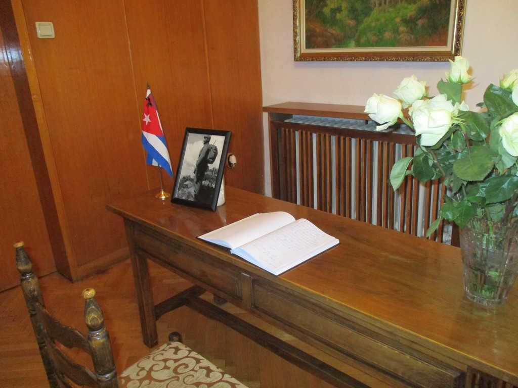 Книгата за съболезнования в посолството на Куба в България