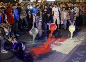 """Демонстранти от """"Цветвата революция"""" заливаха през лятото улиците на Скопие с разноцветни бои"""