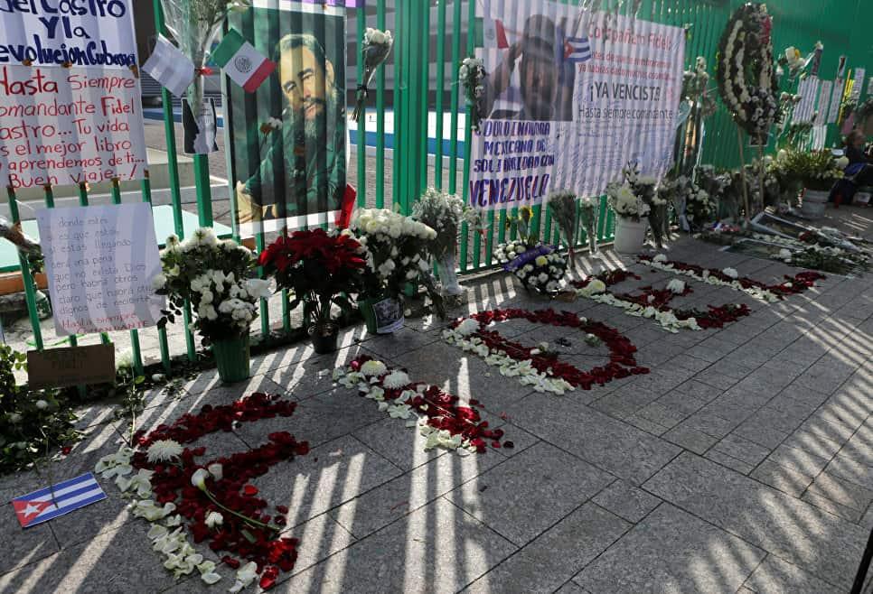 Цветя и възпоменателни надписи за Фидел оградата на кубинското посолство в Мексико