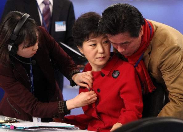 Президентката Пак Кън Хе (в средата) е проявила доста голяма податливост към съмнителни съветници