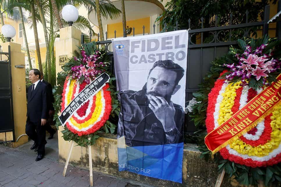 Президентът на Виетнам Чан Дай Куанг излиза от кубинското посолство в Ханой, след като се подписал в съболезнователната книга. Той се оказа последният държавен лидер с света, срещал се с Фидел