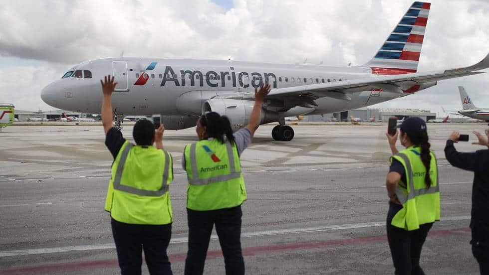 Служителки на летището в Маями изпращат първия пряк полет за Хавана
