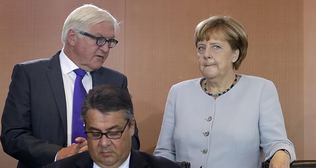 Франк-Валтер Щайнмайер и Ангела Меркел премерват балансите във властта в компанията на Зигмар Габриел (на преден план)