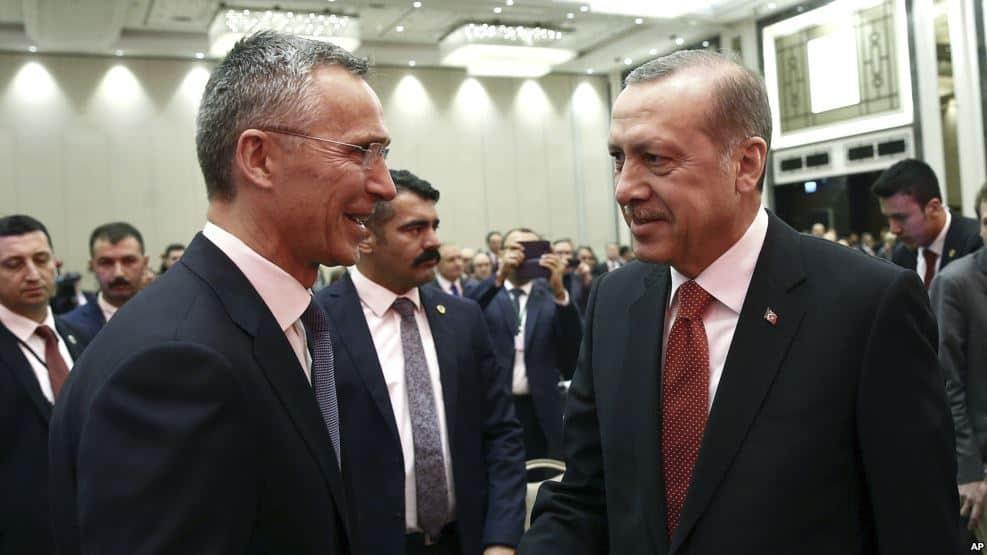 Генералният секретар на НАТО Йенс Столтенберг и домакинът Ердоган в дружески разговор в Истанбул