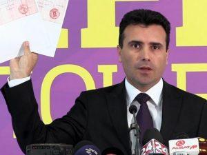 Зоран Заев не спря да размахва разобличаващи Груевски и обкръжението му телефонни записи