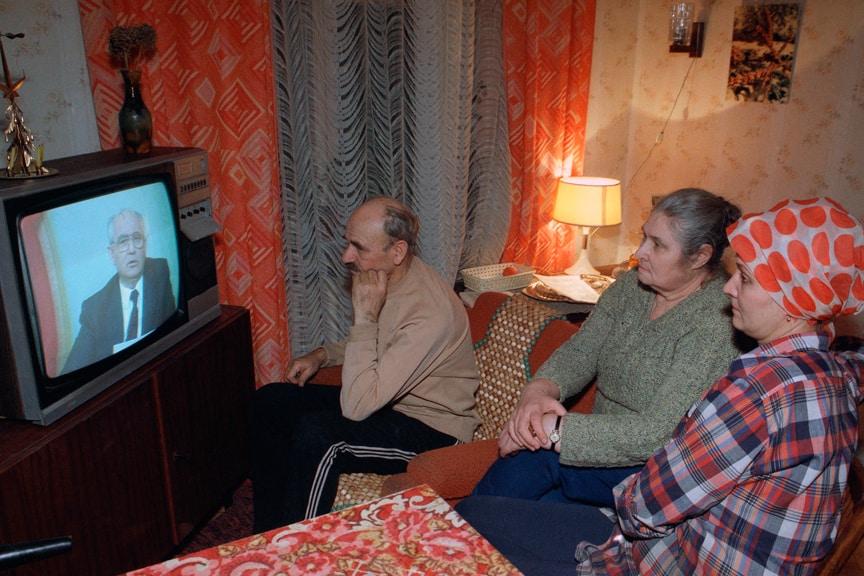 Руско семейство гледа обръщението на Михаил Горбачов по телевизията на 25 декември 1991 г.