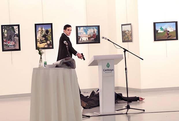 Убиецът стреля отново във вече падналия на пода посланик