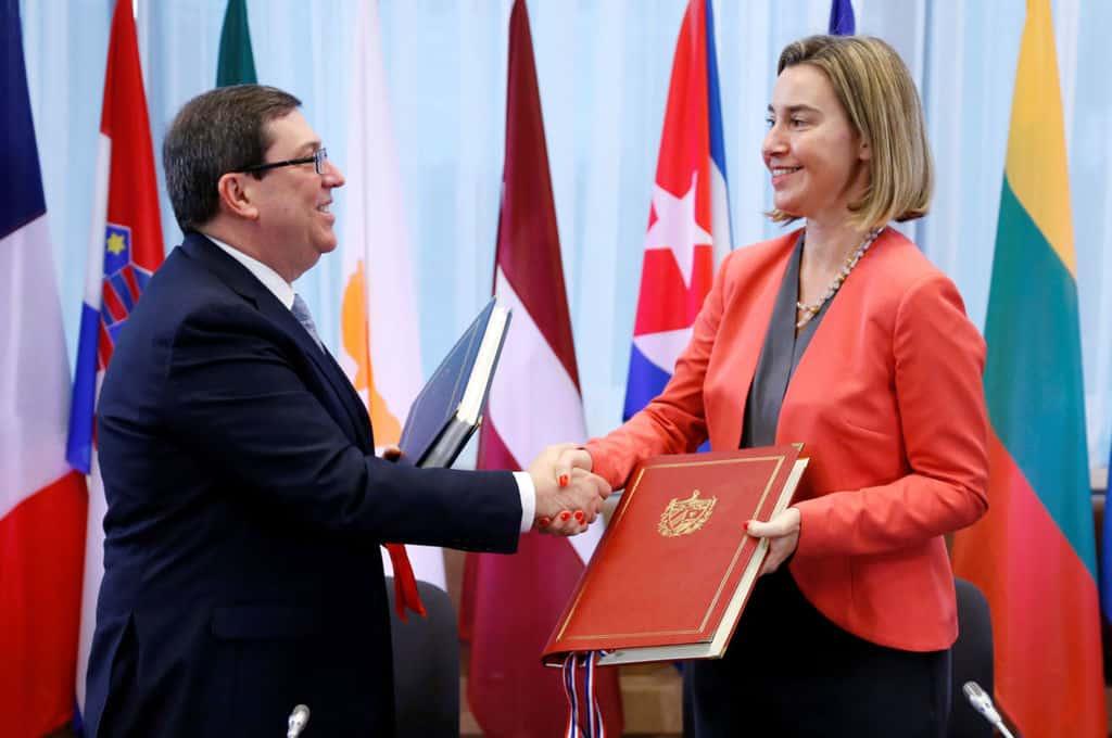 Бруно Родригес и Федерика Могерини си разменят текстовете на споразумението след подписването му в Брюксел на 12 декември т.г.