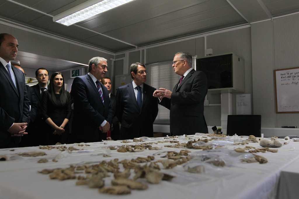 Президентът на Кипър Никос Анастасиадис и лидерът на кипърските турци Мустафа Акънджъ заедно в лабораторията на двуобщностния Технически комитет за безследно изчезналите лица.