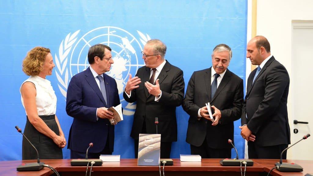 Лидерите на двете кипърски общности Никос Анастасиадис и Мустафа Акънджъ заедно с тримата членове на Технически комитет за безследно изчезналите лица от страна на кипърските турци, кипърските гърци и ООН, при представянето на книгата за тяхната работа.
