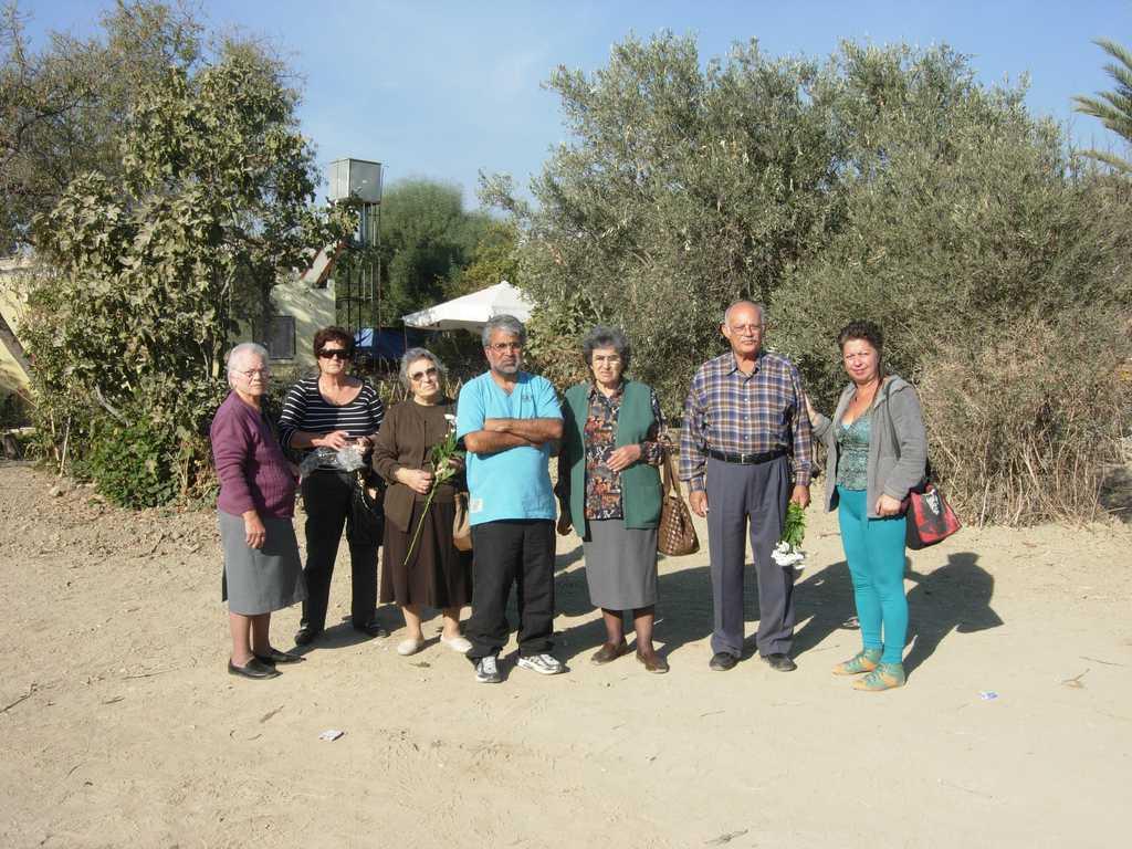 Известната кипърска турска разследваща журналистка Севгюл Улудаг (крайната вдясно) с кипърски гърци на мястото на масовия гроб, където са намерени останките на 9 техни близки, безследно изчезнали през 1974 г.