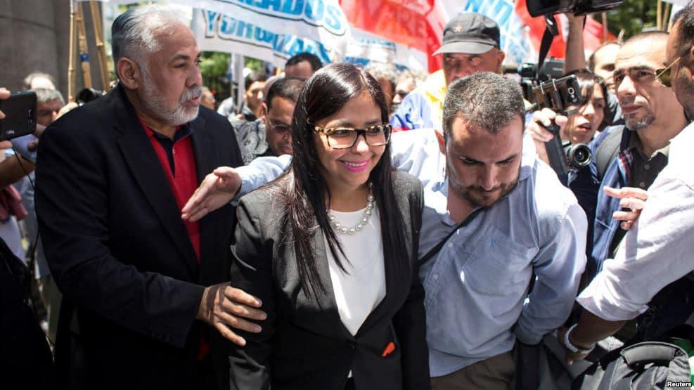 Демонстранти пазят Делси при устрема ѝ да влезе в аржентинското външно министерство