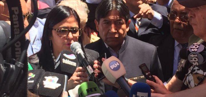 Делси Родригес и боливийският ѝ колега Давид Чокеуанка до нея обясняват пред медиите какво става