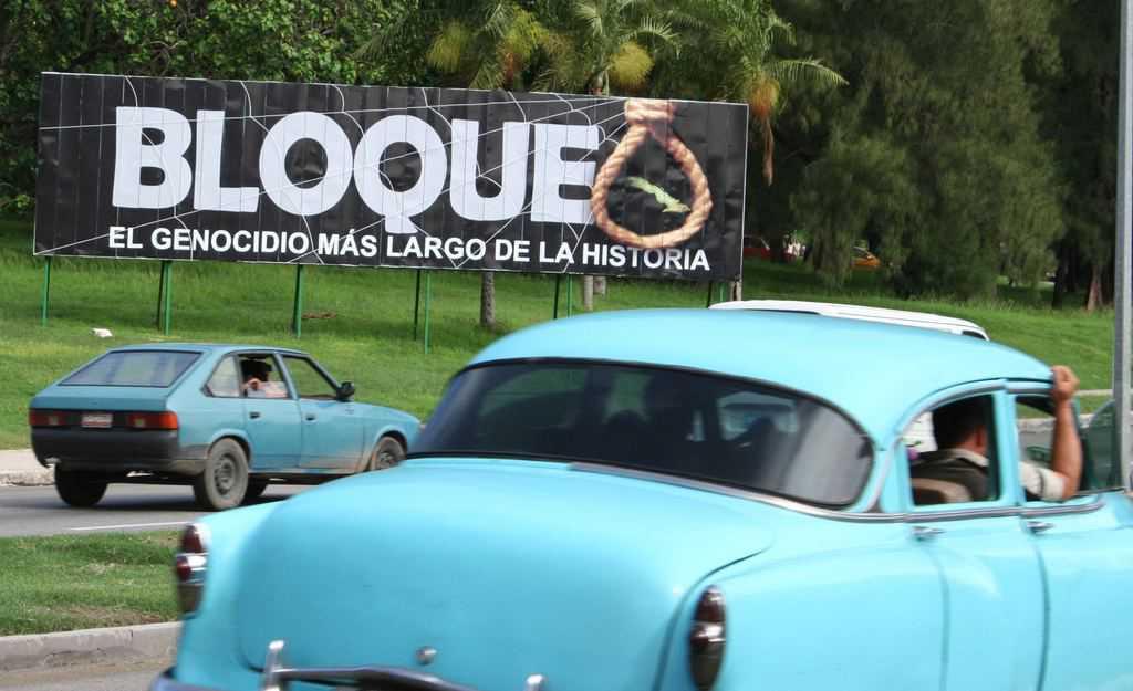 """""""Блокадата–най-дългият геноцид в историята,"""" пише на този билборд в Хавана"""