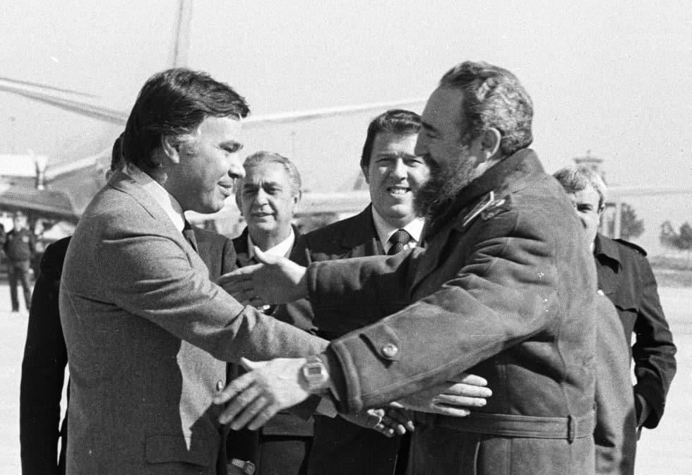 Испанският премиер Фелипе Гонсалес приветства Фидел Кастро по време на едно техническо кацане на самолета на кубинския лидер на летище Барахас в Мадрид през 1984 г.