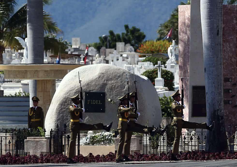 """Гвардейци маршируват покрай надгробието на Фидел–семпъл камък и семпла плоча само с личното му име–на гробището """"Санта Ифихения"""" в Сантяго де Куба"""