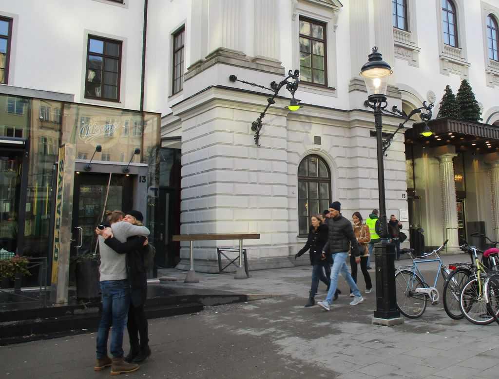 Прегръдка за посрещане пред гарата в Стокхолм