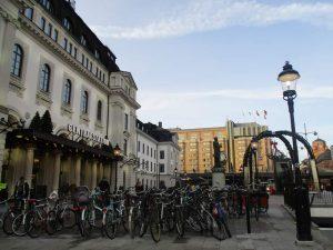 Стокхолмската централна гара и паркингът с колела пред нея