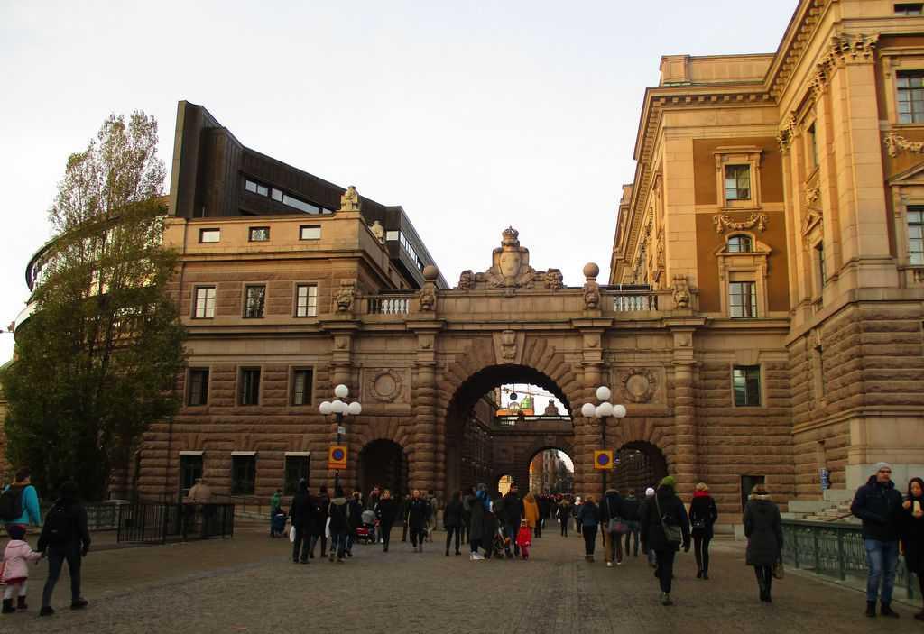 Отдясно е част от представителната фасада на парламента, отляво е заседателната му зала, а между тях, под арките, преминава пешеходна зона за разходки