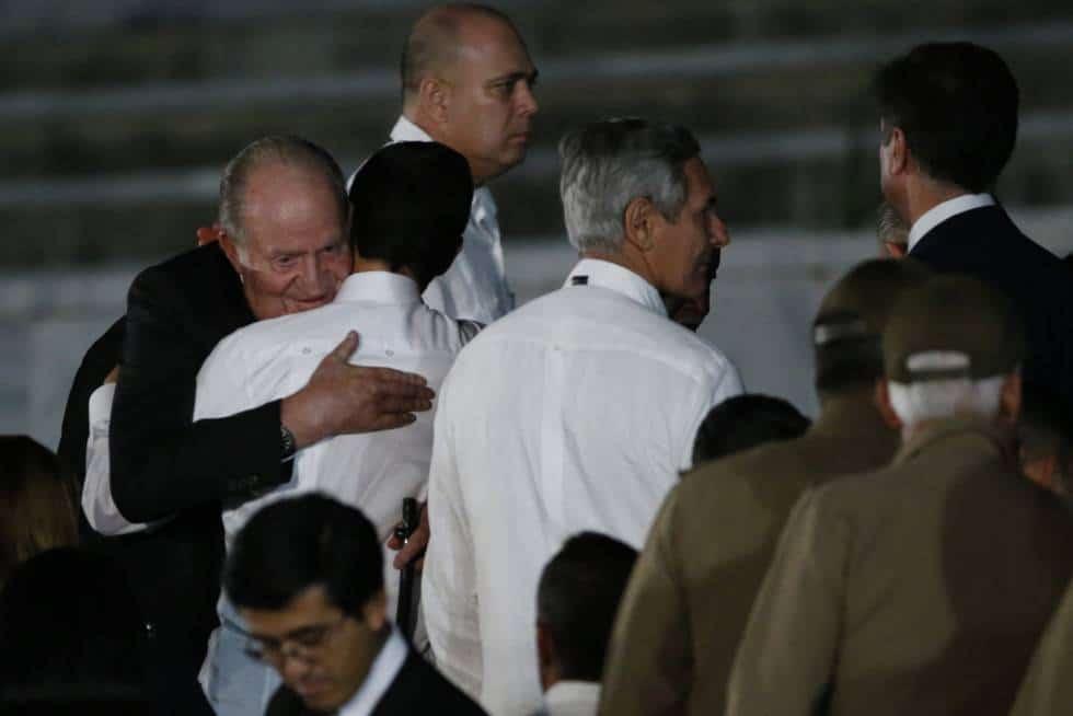 Испанският крал баща Хуан Карлос Първи прегръща мексиканския президент Енрике Пеня Нието на трибуната за официалните гости на митинга в памет на Фидел