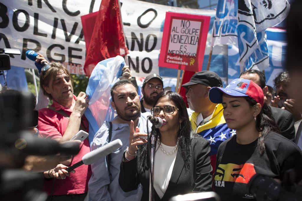 Делси Родригес говори сред демонстрантите пред аржентинското външно министерство