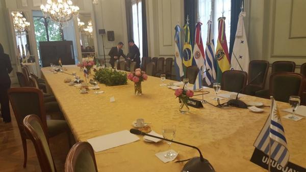 Снимката на празната зала и маса, която Делси Родригес качи в Туитър