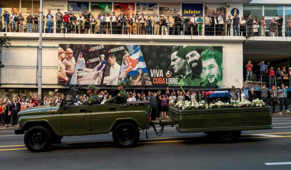 Траурната ппоцесия с урната на Фидел преминава през центъра на Хавана