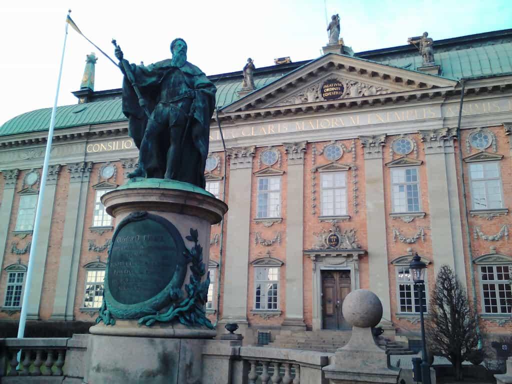 В тази сграда в миналото е заседавало Събранието на благородниците. Днес тя отново е място за сбирки и приеми на благороднически фамилии