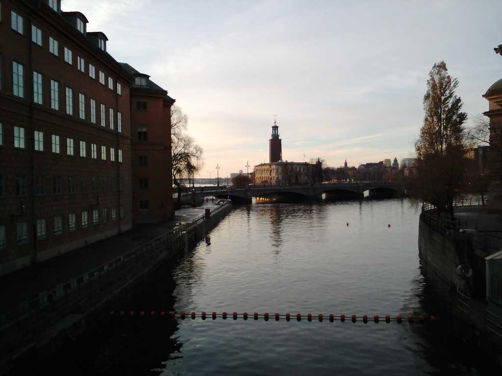 В далечината се вижда кулата на Стокхолмското кметство, смятана за символ на града