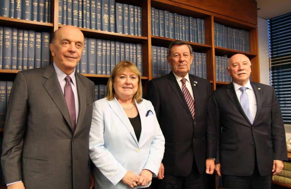 Външните министри на Бразилия Жозе Сера, на Аржентина Сусана Малкора, на Уругвай Родолфо Нин Новоа и на Парагвай Еладио Лоисага