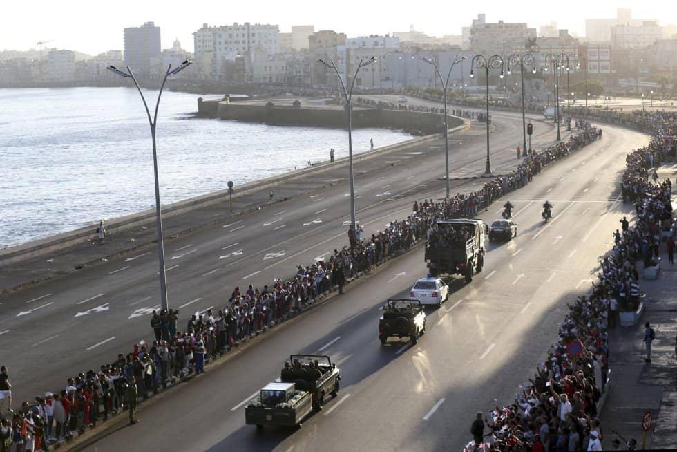 Шпалир от хиляди хора изпраща Фидел на хаванския крайбрежен булевард Малекон