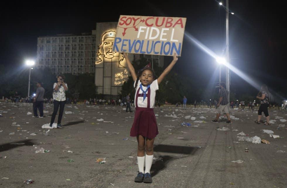 """След края на митинга момиченце от организацията на пионерите монкадисти (сродни на нашите чавдарчета) размахва лозунг с надпис: """"Аз съм Куба, Фидел, революция"""""""