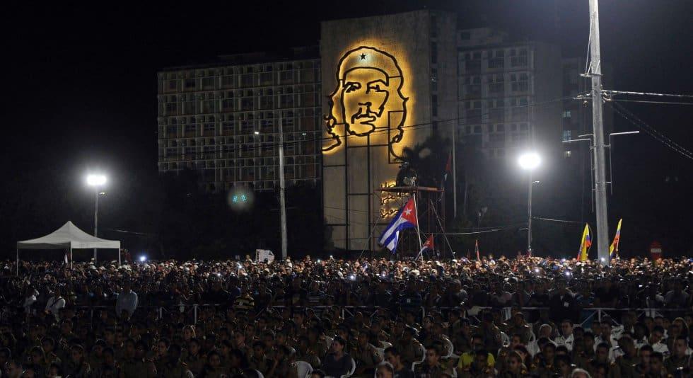 Над един милион души бяха изпълнили огромния Площад на революцията