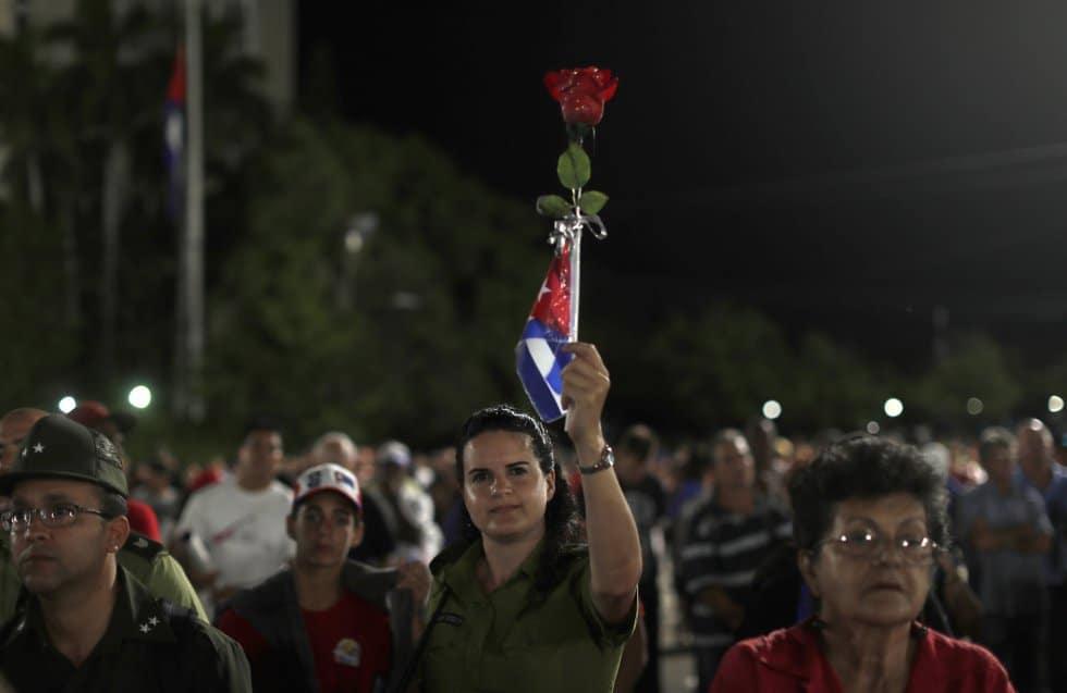 Роза и знаме за Фидел