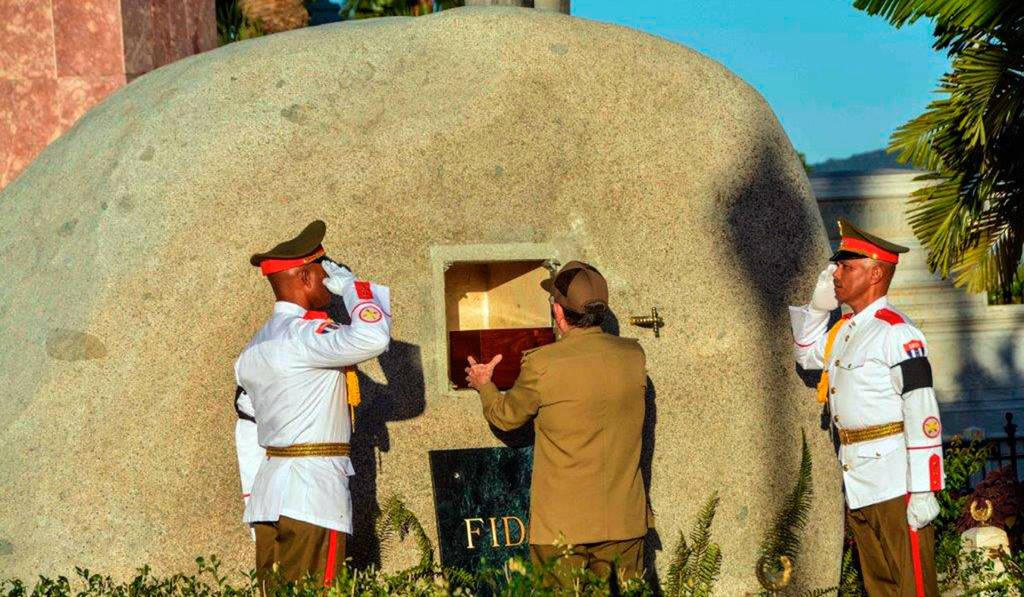 Раул Кастро намества урната с праха на Фидел в нишата на надгробния му камък
