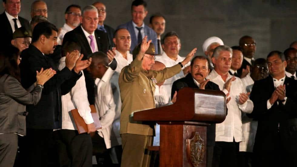 Раул Кастро приветства Площада на революцията, обкръжен от чуждестранните гости край трибуната