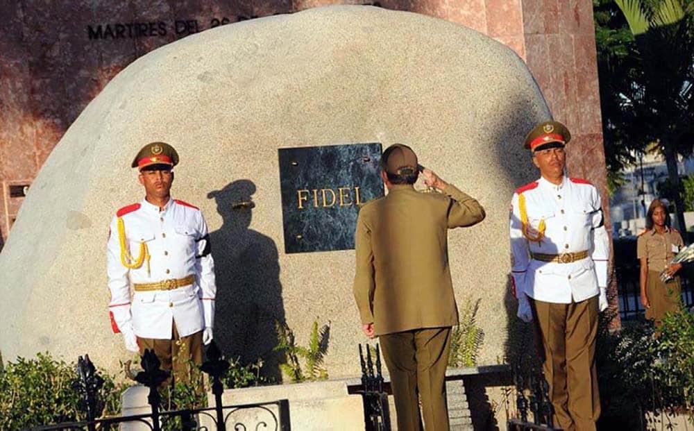 Раул отдава чест пред надгробието на Фидел