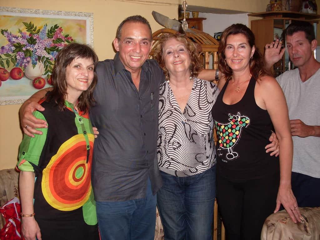 Тони Гереро (вторят отляво) заедно с авторката (крайната вляво), Тересита Капоте (третата отляво), дъщеря ѝ Росио и зет й
