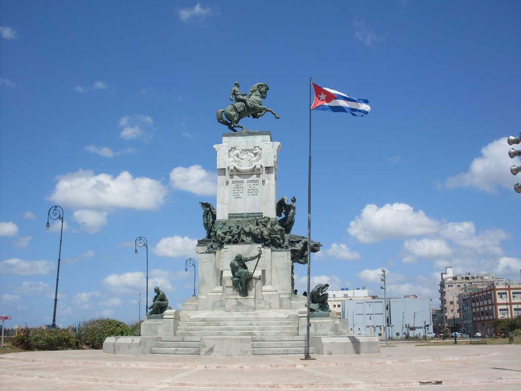 Паметникът на Антонио Масео е с гръб към Мексиканския залив и към САЩ