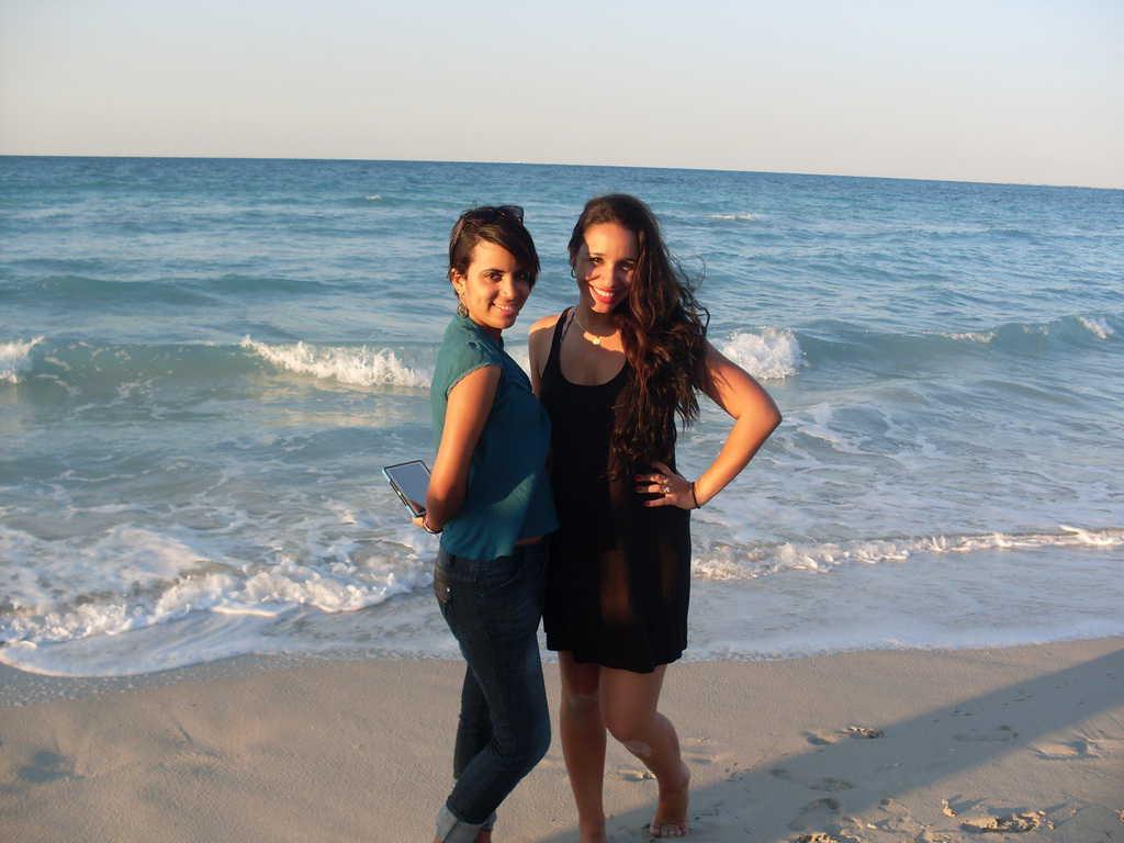 Две кубински усмивки от морския бряг