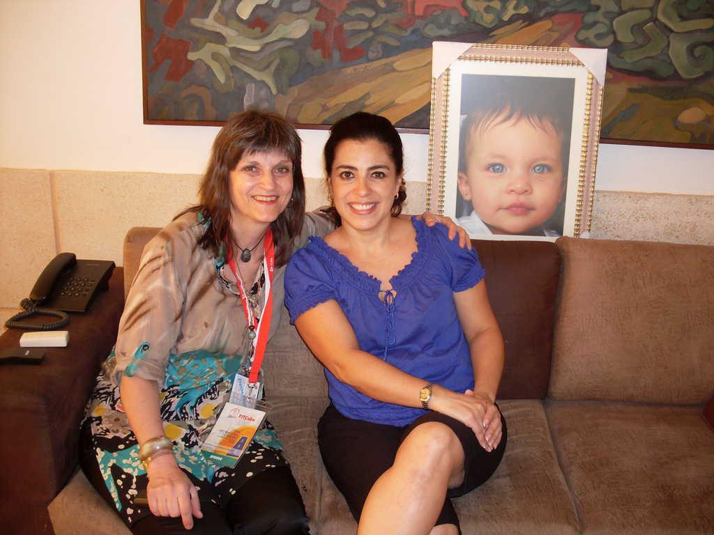 Адриана Перес с авторката до портрета на малката Хема
