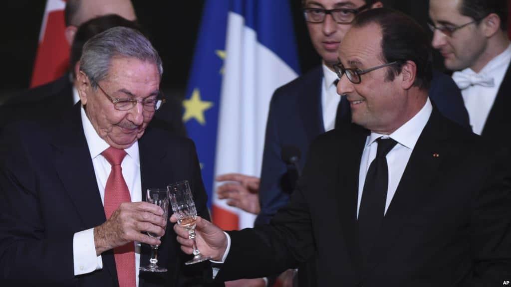 Наздравица между Раул Кастро и домакина му Франсоа Оланд през февруари т.г. в Елисейския дворец в Париж